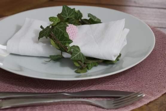 De jolis sets de table roses pour pâques.