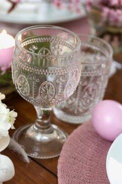 De beaux verres pour une table de pâques.