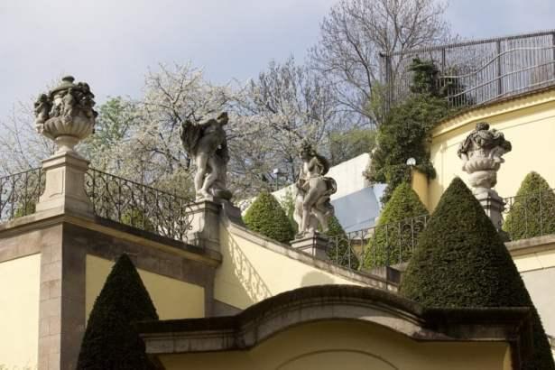 Escalier menant à la terrasse centrale du jardin de Vrtba à Prague
