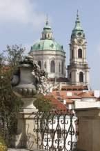 Vue sur l'église Saint Nicolas à Prague