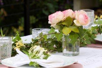 Des roses pour une table d'été romantique au jardin.