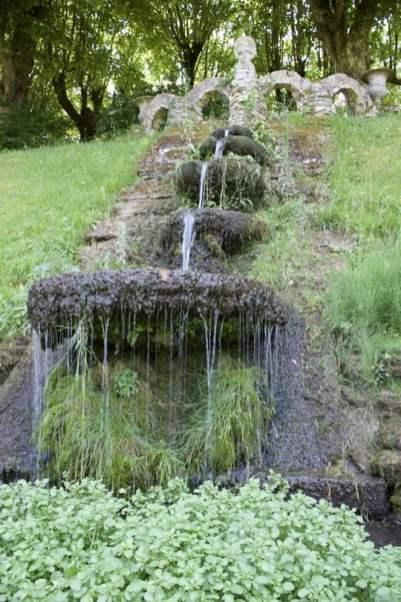 Escalier d'eau du jardin de la lune au château d'Ambleville.