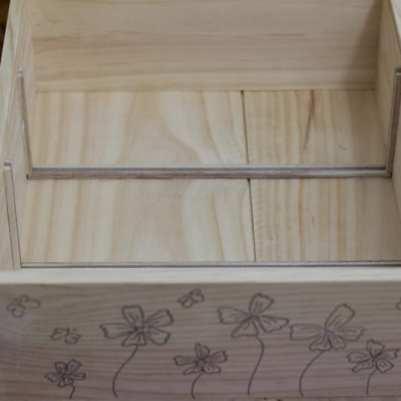 Collage des glissières de la boîte à graines