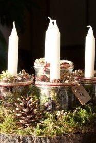 Centre de table avec des bougies pour l'Avent