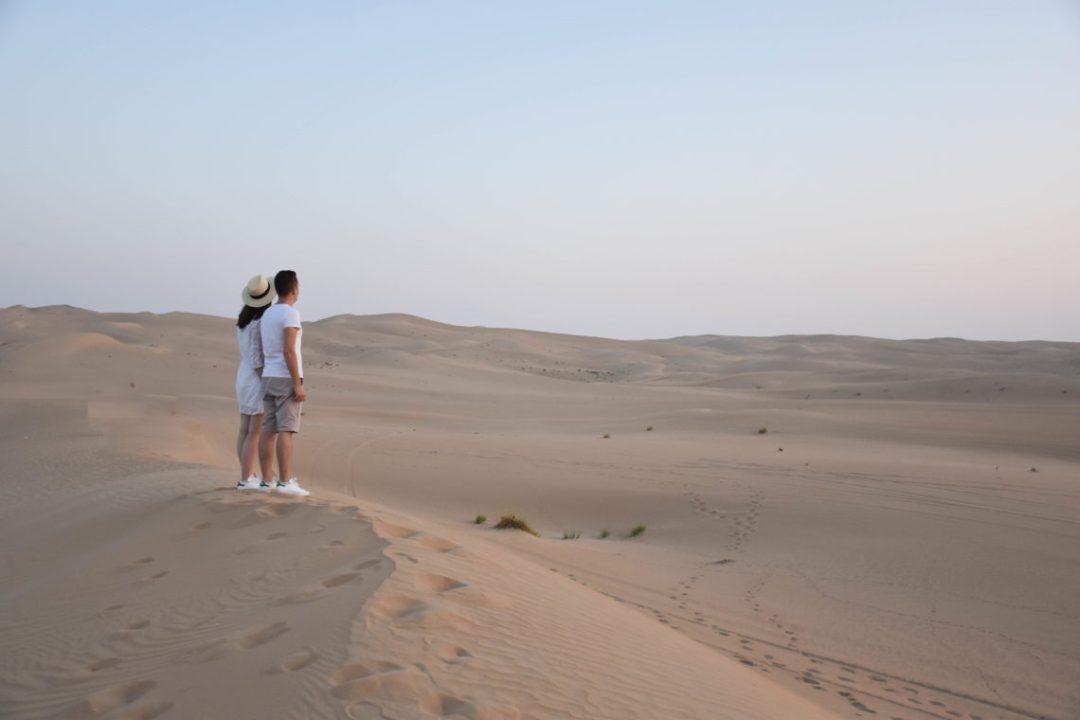 Couple dans le désert de Dubai