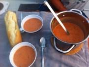 Tomatencremesuppe mit Baguette ;-) bzw. das, was ich auf dem Weg zum Boot nicht geschafft habe ;-)