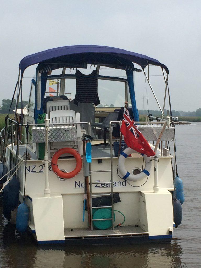 Mittags an einem freien Anleger... Ein Boot aus Neuseeland!!!!