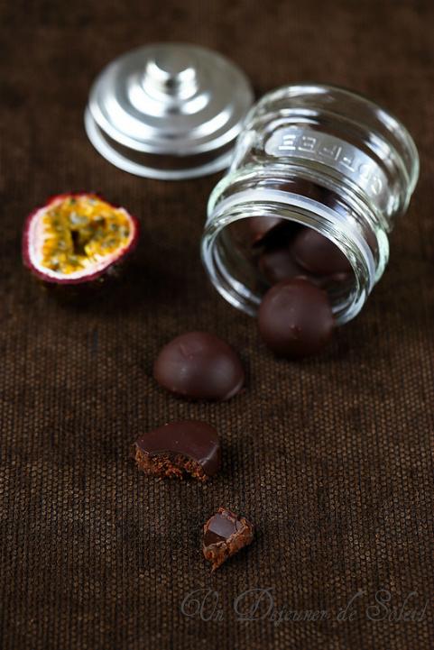 Chocolats maison fourrés de ganache au fruit de la passion - Passionfruit and chocolate praline