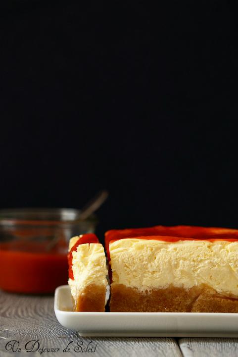 Cheesecake classique de New-York, sauce fraise rhubarbe