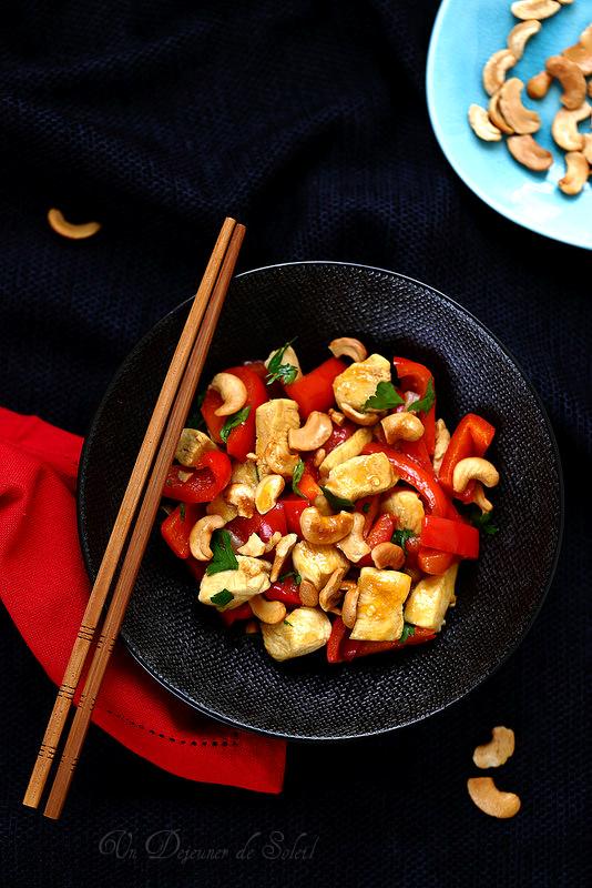 Poulet sauté aux poivrons et aux noix de cajou à la thaïlandaise - Un déjeuner de soleil