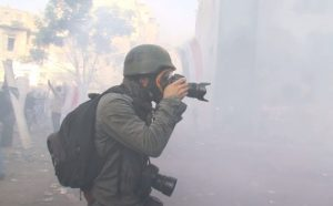 JEROME CLEMENT WILZ photografiant une manifestation pour le clip Novembre © Corentin Fohlen