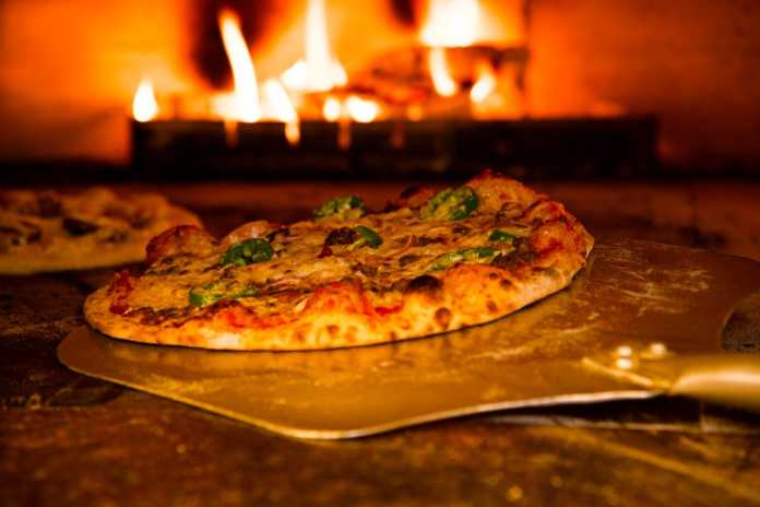 An award winning pizza restaurant in North Fulton is celebrating 40 years with throwback pricing