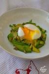 Poêlée de tagliatelles de concombre au curry et oeuf mollet