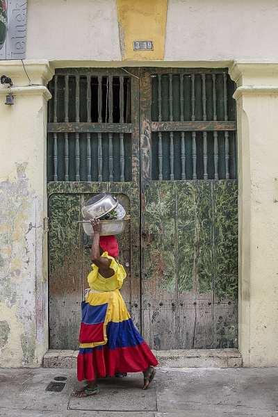 A local Colombian woman walks the streets of Cartagena ©   ShonEjai/Pixabay