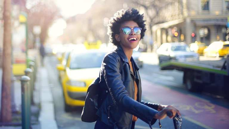 A young black woman traveling © | Bauce Mag