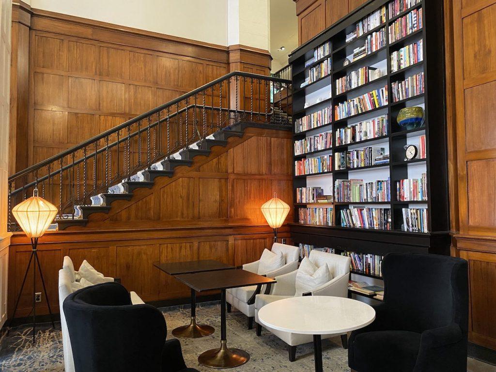 The library of The Heathman Hotel in Portland, Oregon ©   Nikki Vargas/Unearth Women