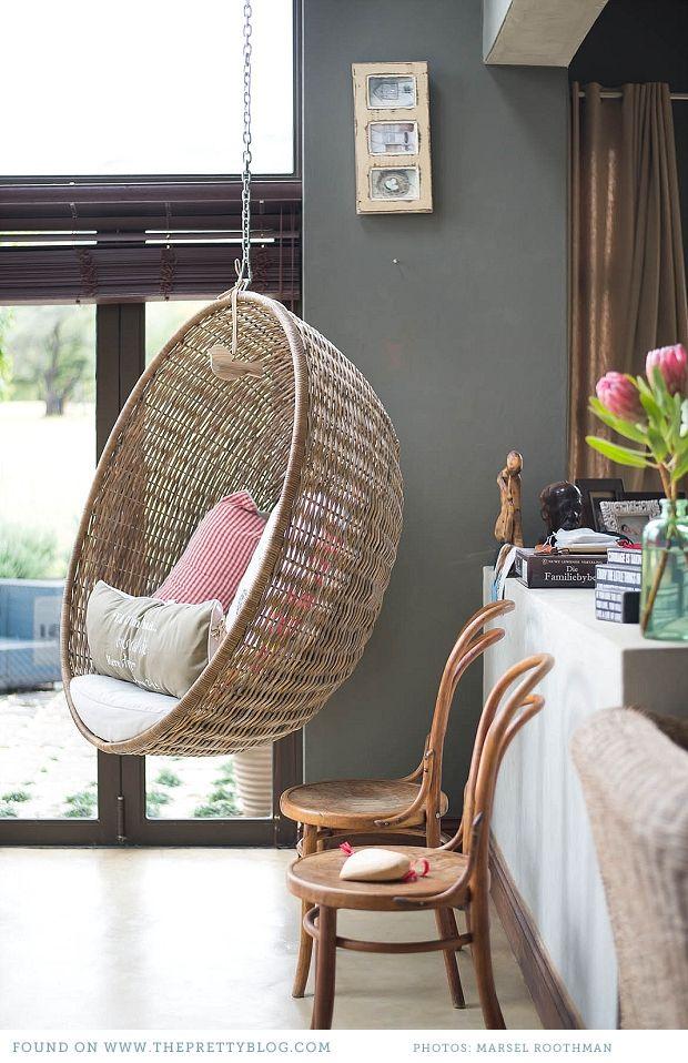 un fauteuil suspendu dans la maison une hirondelle dans. Black Bedroom Furniture Sets. Home Design Ideas