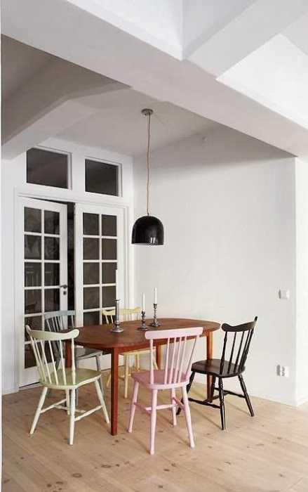 des chaises en couleurs autour de la table une hirondelle dans les tiroirs. Black Bedroom Furniture Sets. Home Design Ideas