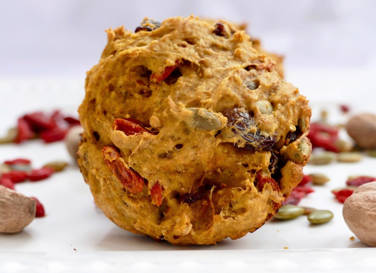 Galettes ou biscuits du petit déjeuner à la courge et aux dattes sans sucre ajouté