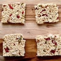 Carrés au quinoa soufflé au miel et à plein d'autres bonnes choses