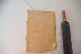 Rouler à nouveau pour obtenir un rectangle d'environ 30 cm sur 50 cm.