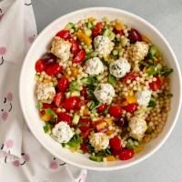 Salade de couscous perlé avec boules de feta et yogourt