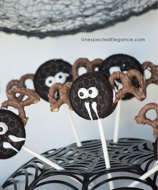 Need a quick and easy Halloween treat?? Check out these no bake Bat Cookie Pops! They are great to make ahead for a party or as an edible craft.