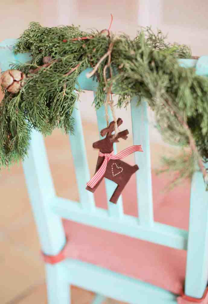 How to make your house smell like Christmas! 15 easy ways, including homemade air fresheners, potpourri, and festive Christmas essential oils.