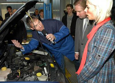 DÜSSELDORF 18.12.2009.- NRW Verkehrsminister Lutz Lienenkämper (Mitte), Fahrzeughalterin Nina Mautler (26) und Prüf-Ing. Jörg Fabian (33) überprüfen den Gebrauchtwagen im Rahmen der Aktion Proficheck vom TÜV Rheinland.