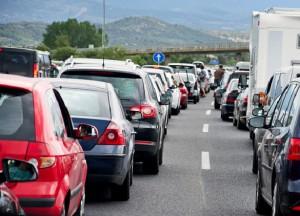 Nicht dann fahren, wenn alle fahren: Clevere Routenplanung hilft gegen die Staufalle. Foto: TÜV Süd.