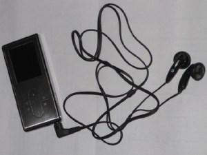MP3-Player mit Ohrstöpseln. Foto: Petra Grünendahl.