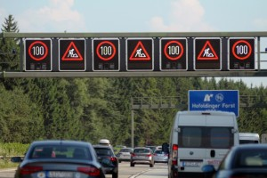 Jetzt wird's eng: Tempolimits auf Baustellen unbedingt einhalten!  Foto: TÜV Süd.