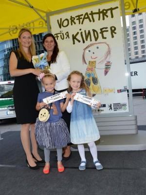 BMW-Werk Berlin unterstützt Berliner Schulanfangsaktion: Übergabe der Schulwegpläne an Bildungssenatorin Sandra Scheeres. Foto: BMW.