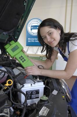 Batterie-Check in der Werkstatt. Foto: ZDK.