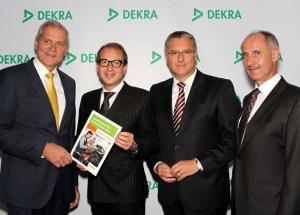 Bundesverkehrsminister Alexander Dobrindt (2. v.l.) bekam von den DEKRA Vorständen Clemens Klinke, Stefan Kölbl und Roland Gerdon (v.l.) den Abschlussbericht der Aktion SafetyCheck 2014 überreicht.  Foto: Dekra.