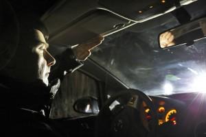 Sichtbarkeit im Straßenverkehr: Werden Autofahrer vom Gegenverkehr geblendet, sind dunkel gekleidete Fußgänger und Radfahrer noch schlechter zu sehen. Foto: ADAC.