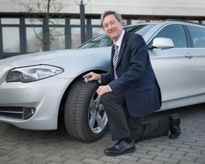Dr. Walter Eichendorf, DVR-Präsident, prüft die Profiltiefe der Reifen seines Dienstwagens.  Foto: Andreas M. Bischof / DVR.