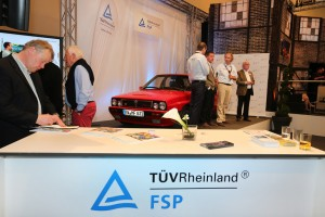 Ein roter Lancia Delta stand im Mittelpunkt der Expertenrunde beim TÜV Rheinland und lockte auf der Techno Classica die Besucher, sich zu informieren. Foto: TÜV Rheinland.