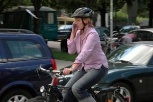 Für Handy-Telefonate auf dem Fahrrad gibt es ebenfalls Punkte in Flensburg. Foto: Mathis Beutel.