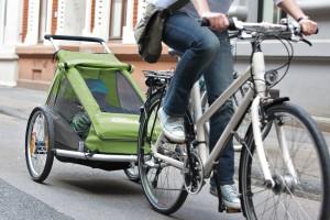 Mit Kindern im Fahrradanhänger unterwegs. Foto: Pressedienst Fahrrad pd-f.de