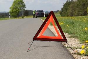 Wichtig ist, dass Ersthelfer zunächst die Unfallstelle mit einem Warndreieck sichern. Foto: ARCD.