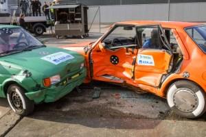 Vorversuche für den Dekra-Crashtest Wildhaus 2014 mit einem Ford Fiesta Erstzulassung 1987 (links) und einem Mazda 626 Erstzulassung 1983 (rechts). Foto: Dekra.