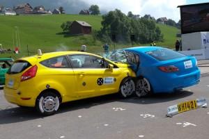 Lebensretter beim Kreuzungsunfall in neueren Fahrzeugen (beide 2009): Sicherheitsgurt, effektive Airbags, hochfeste Fahrgastzellen und wirkungsvolle Knautschzonen. Foto: Dekra.