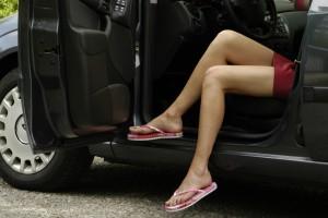 Mit Flip-flops oder barfuß Auto fahren kann den Versicherungsschutz kosten. Foto: ADAC.