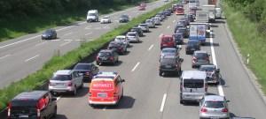 Die Rettungsgasse muss bereits bei stockendem Verkehr gebildet werden. Foto: ADAC/Otto.