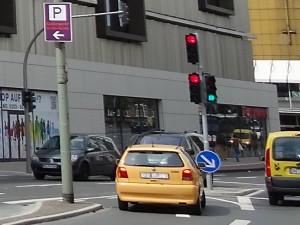 Auch bei Grün hat man als Autofahrer nur dann freie Fahrt, wenn die Kreuzung frei ist. Foto: Petra Grünendahl.