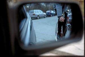 Vorsicht: Nicht jeder Rad- und Motorradfahrer ist im Rückspiegel erkennbar, sondern befindet sich im toten Winkel. Foto: ADAC.