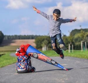 Haftungsprivileg für Kinder - Autofahrer müssen aufpassen: Fuß vom Gas / Wer sich im Straßenverkehr sicher bewegen will, muss aufpassen und vorausschauend denken. Gerade jüngere Kinder sind mit solch einem Verhalten überfordert. Für Autofahrer heißt das: Fuß vom Gas und jederzeit bremsbereit sein. Foto: HUK-Coburg/Hagen Lehmann.