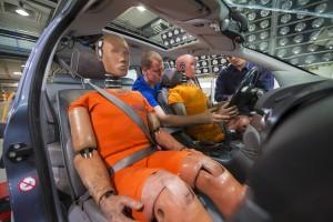 Dummies werden für den Crashtest angeschnallt. Foto: ADAC/Axel Griesch.