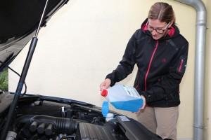 Zum Wintercheck des Fahrzeugs gehört auch, rechtzeitig Frostschutz in die Scheibenwaschanlage zu füllen, damit der Reiniger bei Minusgraden nicht einfriert. Foto: ARCD.